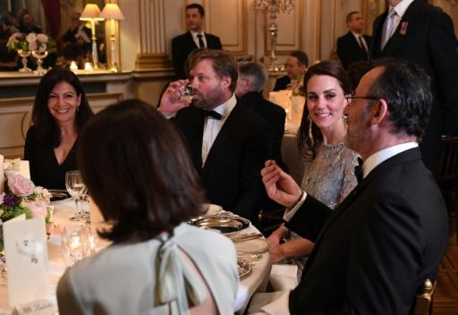 Kate écoute l'acteur Jean Réno lors d'un dîner à l'ambassade britannique à Paris le 17 mars 2017 © Eric FEFERBERG POOL/AFP