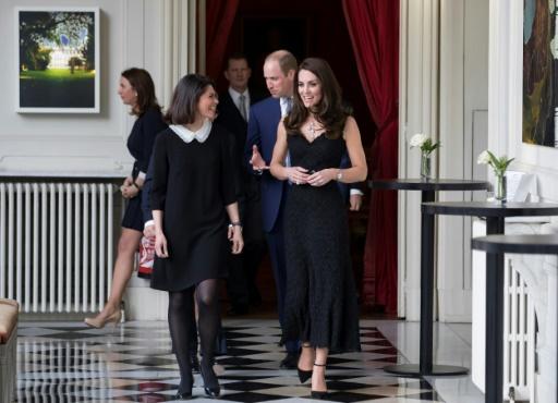 Kate accompagnée par l'épouse de l'ambassadeur britannique en France Anne Llewellyn à Paris le 17 mars 2017 © IAN LANGSDON POOL/AFP