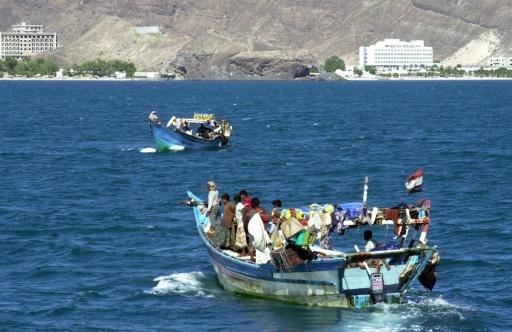 Photo non datée montrant des gardes-côtes yéménites s'approchant d'une embarcation de réfugiés en provenance de Somalie arrivant au port d'Aden  © KHALED FAZAA AFP/Archives