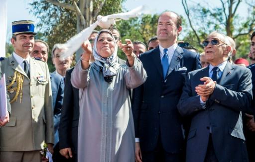 La Franco-Marocaine Latifa Ibn Ziaten, mère du sous-officier français tué il y a cinq ans par le jihadiste Mohamed Merah, lâche une colombe lors d'une cérémonie le 11 mars 2017 à M'diq au Maroc © FADEL SENNA AFP