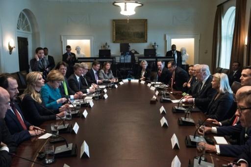 Le président américain Donald Trump (D) face à la chancelière allemande Angela Merkel lors d'une réunion à la Maison Blanche, le 17 mars 2017 à Washington  © Brendan Smialowski AFP