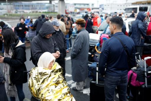 Des passagers évacués en raison d'une attaque le 18 mars 2017 à l'aéroport d'Orly © Benjamin CREMEL AFP