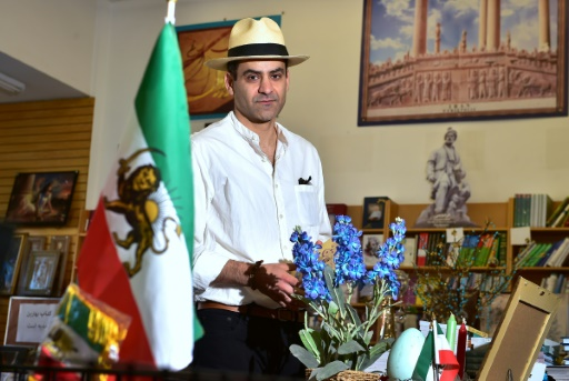 """Arash Saedinia, un Irano-Américain, écrivain et enseignant de littérature anglaise à l'Université de Californie, dans une librairie du quartier surnommé """"Téhérangeles"""", le 15 mars 2017 à Los Angeles © FREDERIC J. BROWN AFP"""