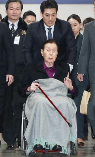 Arrivée au tribunal du fondateur de Lotte, Shin Kyuk-Ho, 93 ans, à Séoul, le 20 mars 2017 © str YONHAP/AFP
