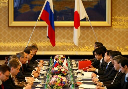 Le ministre russe des Affaires étrangères Sergueï Lavrov (g) et son homologue japonais Fumio Kishida lors d'une réunion des ministres des Affaires étrangères et de la Défense du Japon et de la Russie sur la sécurité de la région Asie-Pacifique, le 20 mars 2017 à Tokyo © ISSEI KATO POOL/AFP