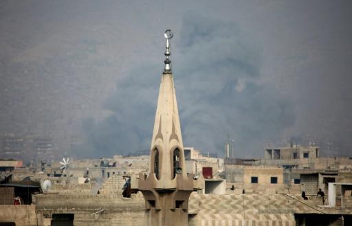 De la fumée au-dessus du quartier de Jobar après une frappe aérienne des forces syriennes contre des positions tenues par les rebelles, le 19 mars 2017 dans la partie est de Damas © AMER ALMOHIBANY AFP