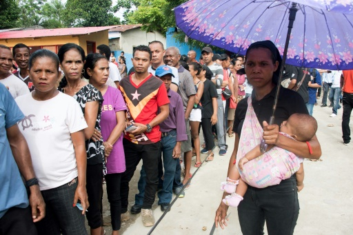 Des personnes attendent pour voter à la présidentielle, le 20 mars 2017 à Dili, au Timor Oriental © VALENTINO DARIEL SOUSA AFP