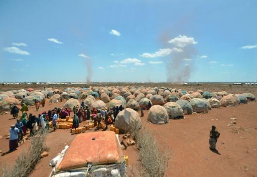 Des familles déplacées font la queue pour une distribution d'eau dans un camp de réfugiés à Baidoa, le 14 mars 2017 dans le sud-ouest de la Somalie © TONY KARUMBA AFP