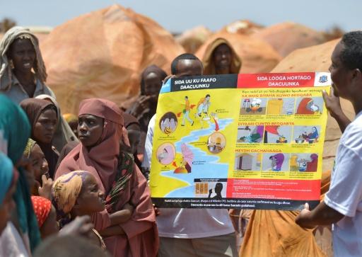 Des travailleurs humanitaires expliquent aux familles déplacées quelques règles d'hygiène au camp de Baidoa, le 14 mars 2017 dans le sud-ouest de la Somalie © TONY KARUMBA AFP