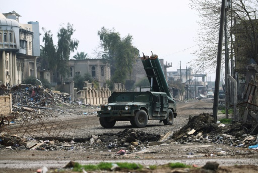 Des forces irakiennes avancent dans la vieille ville à l'ouest de Mossoul lors de l'offensive pour reprendre la ville aux jihadistes, le 20 mars 2017 © AHMAD AL-RUBAYE AFP