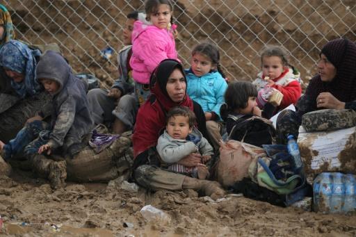 Des civils irakiens déplacés par les combats à Mossoul sont regroupés au camp de Hamam al-Alil, le 20 mars 2017 © AHMAD AL-RUBAYE AFP