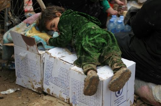 Une petite irakienne, déplacée par les combats à Mossoul, se repose au camp de Hamam al-Alil, le 20 mars 2017 © AHMAD AL-RUBAYE AFP