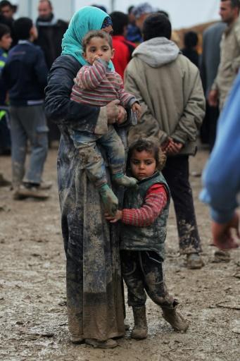 Des irakiens déplacés par les combats à Mossoul sont regroupés au camp de Hamam al-Alil, le 20 mars 2017 © AHMAD AL-RUBAYE AFP