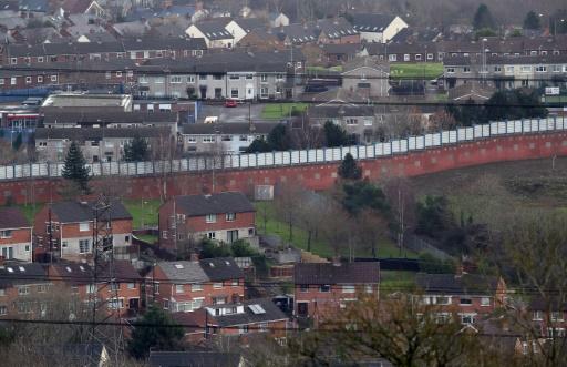 """Photo prise le 25 janvier 2017 à Ardoyne, dans le nord de Belfast, où un """"mur de la paix"""" sépare catholiques et protestants que le Brexit pourrait à nouveau dresser les uns contre les autres  © PAUL FAITH AFP"""