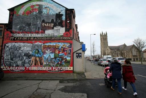 Photo prise le 25 janvier 2017 à Ardoyne, un quartier nord de Belfast où les fresques murales rappellent les profondes divisions entre catholiques et protestants que le Brexit risque de raviver © PAUL FAITH AFP