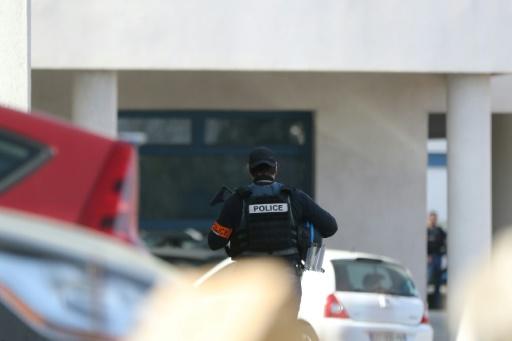 Un policier devant le lycée Tocqueville de Grasse, le 16 mars 2017 © Valery HACHE AFP/Archives