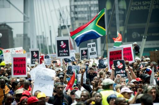 Des manifestants demandent la démission du président sud-africain Jacob Zuma, le 16 décembre 2015 à Johannesburg après le limogeage du ministre des Finances © MUJAHID SAFODIEN AFP/Archives