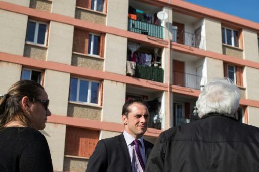 Le maire du Pontet Joris Hébrard visite le quartier du Camp Rambaud, le 9 mars 2017 © BERTRAND LANGLOIS AFP