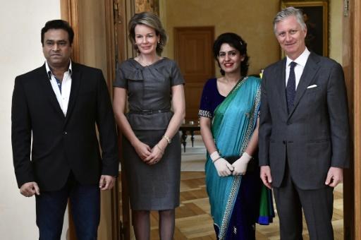 Les souverains belges, Philippe (d) et Mathilde (2e g), posent avec l'hôtesse de l'air indienne Nidhi Chaphekar et son époux Rupesh Chaphekar à Bruxelles, le 20 mars 2017 © ERIC LALMAND BELGA/AFP