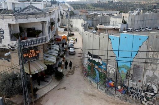 Vue générale du Walled Off Hotel, donnant sur le mur de séparation construit par Israël en Cisjordanie occupée, le 20 mars 2017 à Bethléem © HAZEM BADER AFP