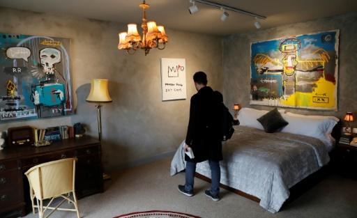 Un client visite une chambre du nouvel hôtel ouvert à Bethléem par l'artiste de rue Banksy, le 20 mars 2017 © THOMAS COEX AFP/Archives