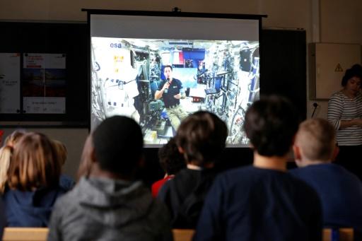 Sur l'écran géant du vidéoprojecteur disposé dans chaque école participante, l'image est parfaitement nette, le son clair et les questions parviennent au scientifique en moins de cinq secondes. © FRANCOIS GUILLOT AFP