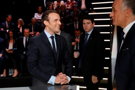 Emmanuel Macron s'entretient avec le journaliste Gilles Bouleau;avant de prendre part au débat, le 20 mars 2017 à Aubervilliers © Patrick KOVARIK POOL/AFP