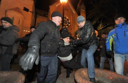 Des policiers belarusses arrêtent des opposants au Président Lukachenko, le 19 décembre 2011 à Minsk, un an après sa réélection contestée © VICTOR DRACHEV AFP/Archives