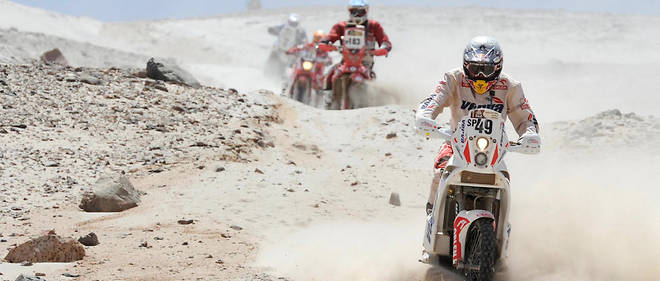 Motorcyclists ride across the desert during the stage 11 between Arica and Arequipa, Peru, on January 12, 2012. Argentinian Alejandro Patronelli won the stage.    AFP PHOTO/PHILIPPE DESMAZES / AFP PHOTO / PHILIPPE DESMAZES