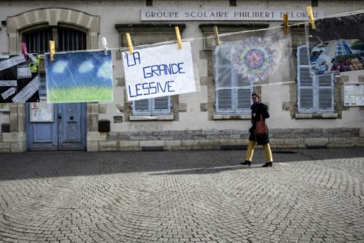 """La """"Grande lessive"""" fête ses 10 ans à Lyon, le 23 mars 2017 © JEFF PACHOUD AFP"""