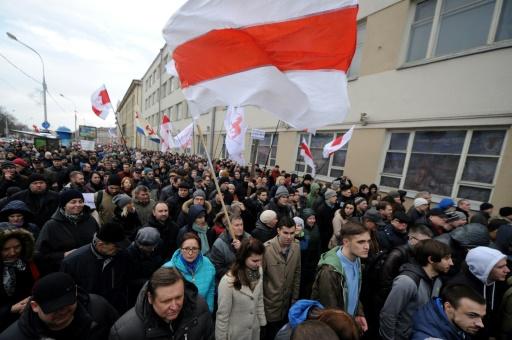 """Des opposants au président du Belarus, Alexandre Loukachenko, manifestent, le 15 mars 2017 à Minsk, contre l'imposition d'une taxe contre le """"parasitisme social"""" dans un mouvement d'une rare ampleur © Sergei Gapon AFP/Archives"""