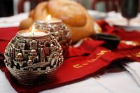 Bougies allumées, pain béni. La traditionnelle table du shabbat dans une famille juive. ©Fred de Noyelle