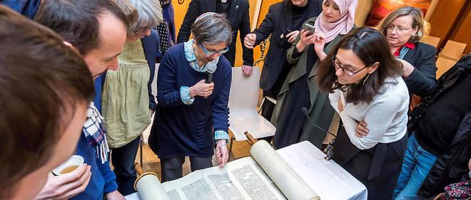 Pauline Bebe, rabbin de la communauté juive libérale d'Île-de-France, lit le rouleau de la Torah aux élèves du programme Emouna.