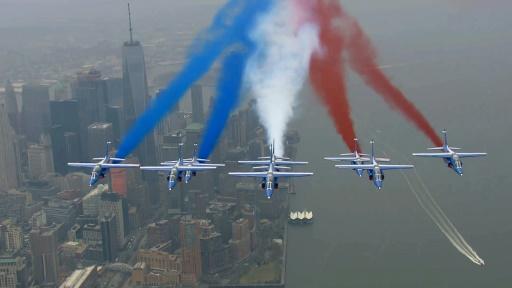 Les avions de la Patrouille de France survolent New York, pour la première grande tournée américaine de la célèbre formation depuis 31 ans, le 25 mars 2017 à New York © Handout FRENCH AIR FORCE/AFP