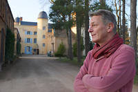 Alec de Brosse devant le château dont sa famille est propriétaire depuis le XVIIIe siècle.