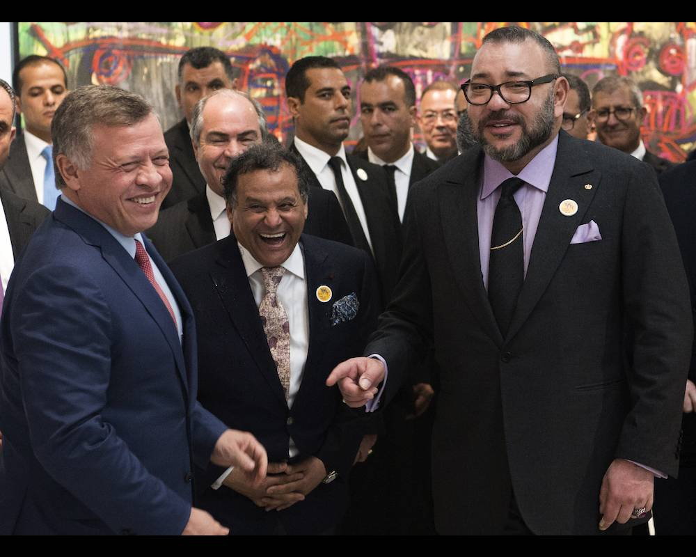 Le roi Abdallah II de Jordanie, Mehdi Qotbi, président de la Fondation nationale des musées du Maroc, et le roi Mohammed VI du Maroc au Musée Mohammed VI d'art contemporain le 23 mars 2017. ©  FADEL SENNA / AFP
