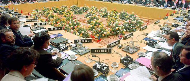Photo prise le 10 mars 1990 au centre de confrence avenue Klber  Paris, du tour de table de le la runion des banques europennes pour les pays de l'Est (BERD). / AFP PHOTO / PATRICK HERTZOG