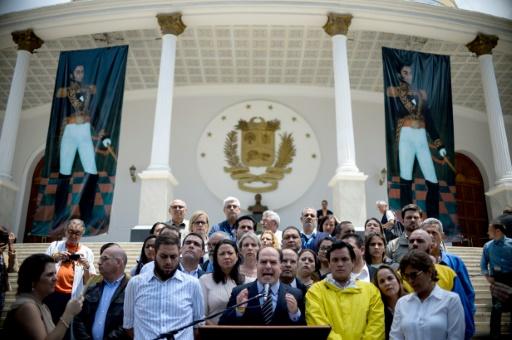 """Lors d'une conférence de presse, le président du Parlement Julio Borges appelle l'armée à sortir du """"silence"""", le 30 mars 2017 à Caracas © FEDERICO PARRA AFP"""