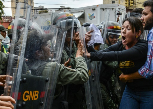 Amelia Belisario, député de l'opposition, se heurte aux forces de la garde nationale lors d'une manifestation devant la Cour suprême, le 30 mars 2017 à Caracas © JUAN  BARRETO AFP