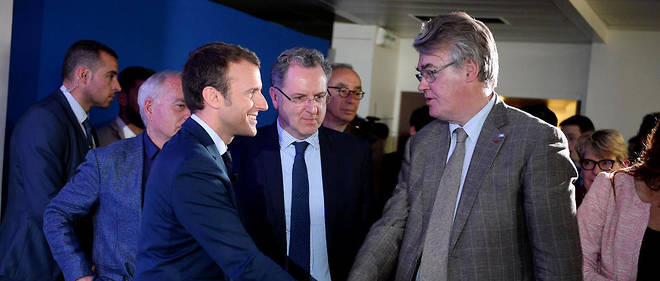 Chasseur de têtes. Jean-Paul Delevoye (à dr.) et Emmanuel Macron au QG de campagne, à Paris, le 28 mars, lors d'une conférence de presse consacrée aux législatives. L'ancien ministre de Jacques Chirac préside la commission nationale d'investiture d'En marche !.