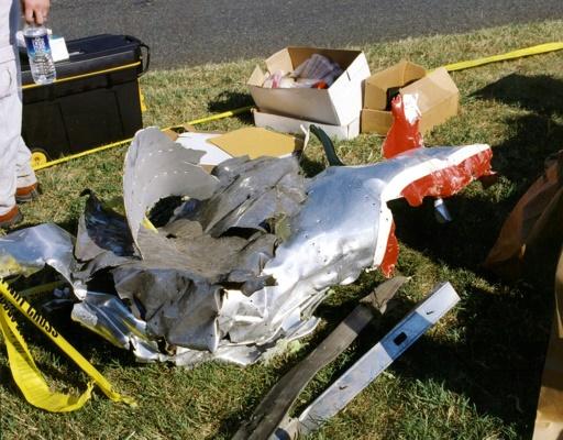 Photo publiée par le FBI le 31 mars 2017 de l'attentat du 11 septembre 2001 contre le Pentagone sur laquelle on voit des débris du vol 77 d'American Airlines © HO FBI/AFP