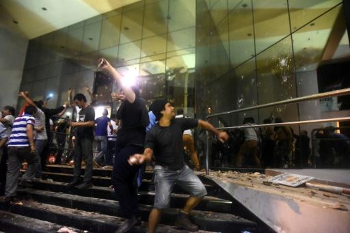 Des centaines de manifestants qui sont entrés dans le Sénat ont détruit de nombreuses vitres et mobilier, le 31 mars 2017 à Asuncion © NORBERTO DUARTE AFP