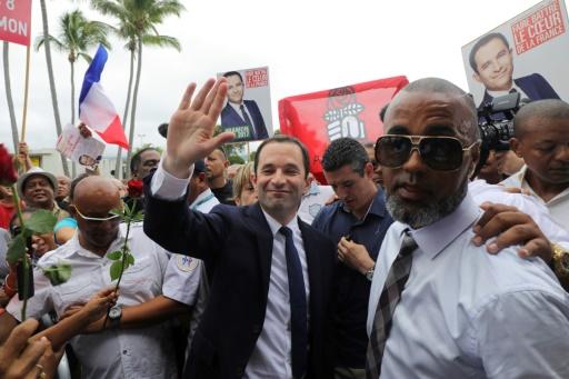 Le candidat socialiste à la présidentielle Benoît Hamon (c), le 1er avril 2017 à Sainte-Marie à La Réunion © Richard BOUHET AFP