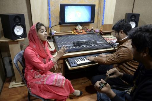 Dans ses chansons aux paroles rebelles sur fond de musique pop pendjabie, Ginni Mahi (g) exalte la fierté de ses racines, son espoir en l'avenir et défend la lutte des siens contre l'oppression du système des castes. © SHAMMI MEHRA                         AFP