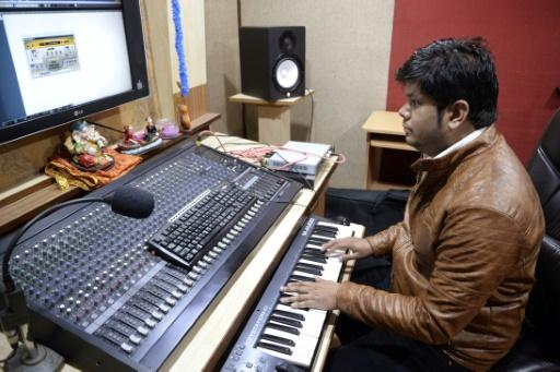 La prolifération de studios d'enregistrement bon marché à travers le Pendjab depuis une dizaine d'années a permis à de nouveaux artistes de tenter leur chance. © SHAMMI MEHRA                         AFP