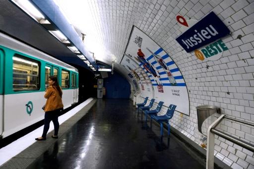 Une plaque du métro parisien détournée, le 1er avril 2017 © THOMAS SAMSON AFP