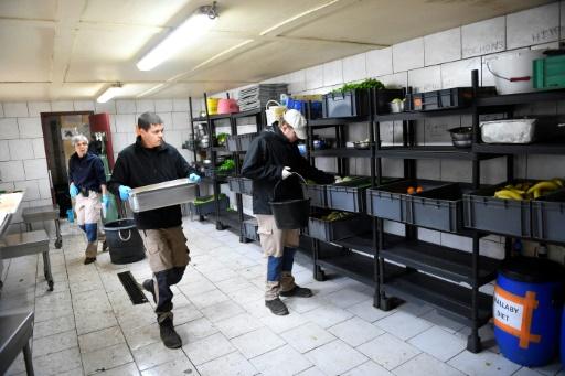 Dans une salle qui leur est réservée, les tâches successives de chacun des travailleurs -préparation de la nourriture des animaux, nettoyage d'enclos, lavage des vitres- ainsi que les pauses sont indiquées sur un tableau. © DAMIEN MEYER AFP