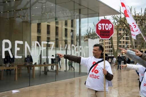 Action de militants d'Attac devant un magasin Apple, le 1er avril 2017 à Aix-en-Provence © BERTRAND LANGLOIS AFP