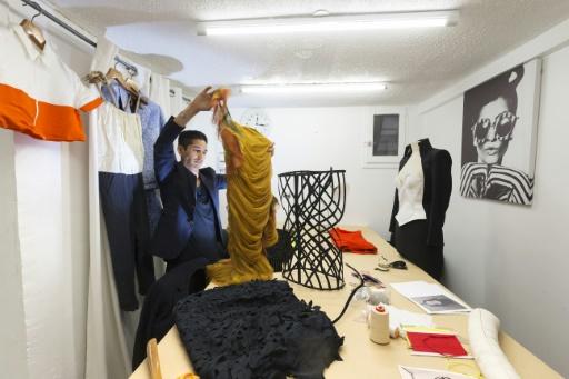 Le styliste Sami Nouri, le 24 mars 2017 dans son atelier parisien © JOEL SAGET AFP