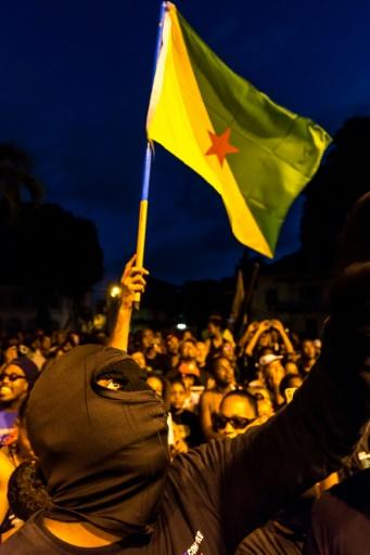 """Des membres des """"500 frères contre la délinquance"""" devant la préfecture de Cayenne (Gyane) le 2 avril 2017 © jody amiet AFP"""
